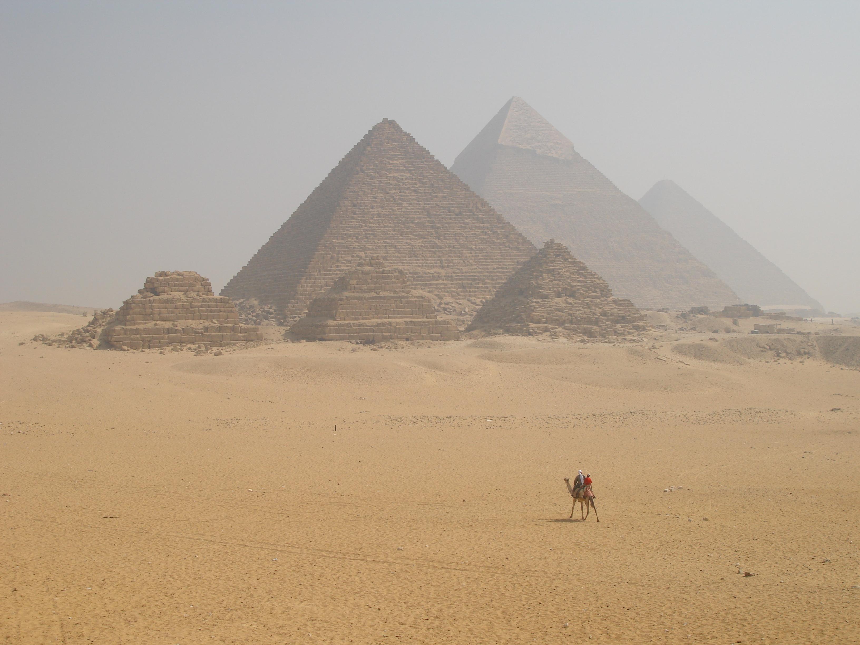 Representan las 3 pirámides de Giza las 3 estrellas de Sirio?